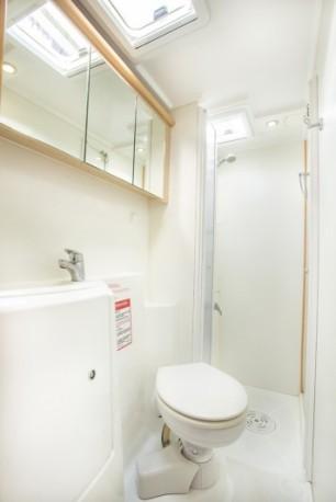 Catamaran-lagoon-421-bathroom-