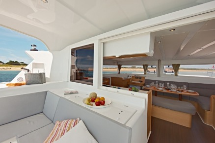 Catamaran-lagoon-421-cockpit2