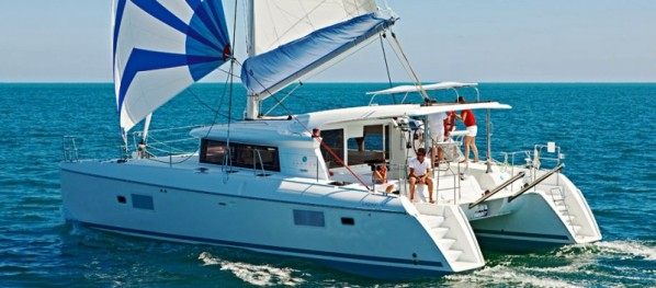 Catamaran-lagoon-421-sailing